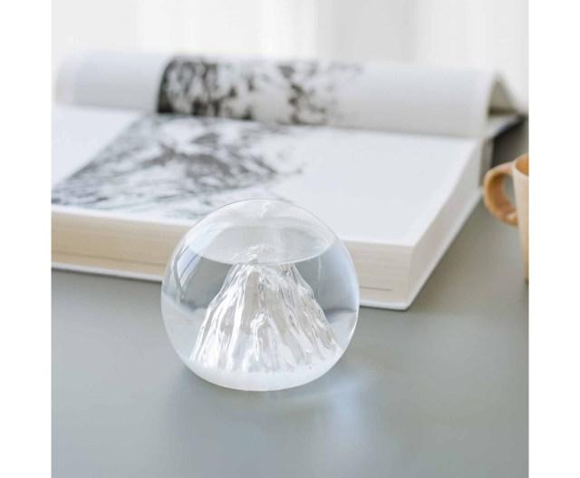雨が降るとガラスの山に雲海が立ち込める…その日の天気を教えてくれる「ストームグラス」