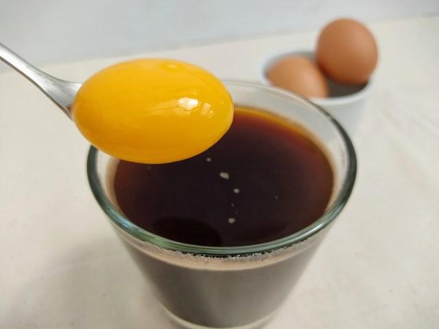 """コーヒーに卵黄!?『珈琲いかがでしょう』の """"エクストリームたまごマン珈琲"""" が感動の味 / ダマされたと思ってぜひ試してみて!"""
