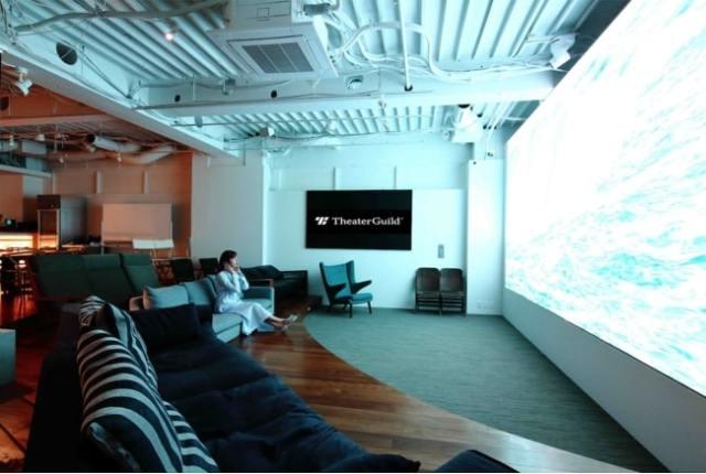 ヘッドフォン&ソファで鑑賞できる映画館「シアターギルド代官山」が新しい! 大きなリビングみたいな空間でリラックスできるよ