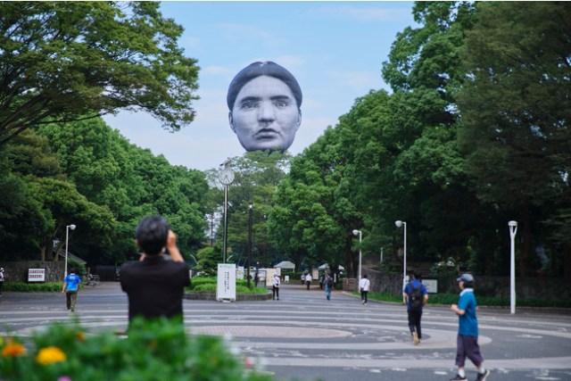 【本日20時まで】東京の空に「巨大な顔」が浮かび話題に! 正体はアーティストméが手掛けた作品『まさゆめ』です