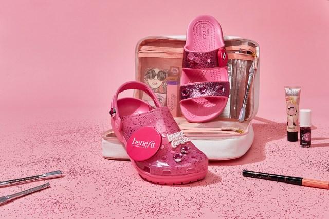 クロックスがピンク可愛い世界観に! ベネフィットとのコラボのサンダルはグリッターの存在感にトキメクデザインです