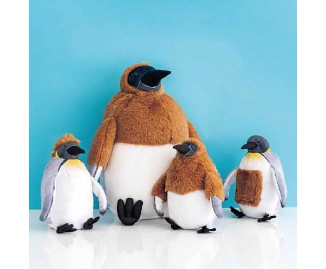 ペンギンの思春期を人形に! フェリシモから独特な羽毛の抜け方を再現したオウサマペンギンのぬいぐるみとポーチが誕生したよ