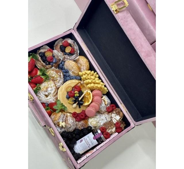 スーツケースを開けるとパンケーキやフルーツがぎっしり♡ 「スーツケースモーニング」が海外で人気に