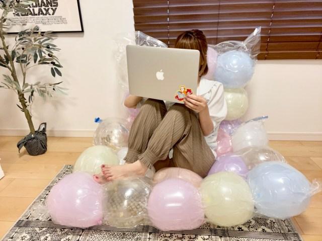 【100均でOK】300円で完成する「風船ベッド」は全身が浮いてるような気持ちよさ! 大人でも満喫できちゃいますっ