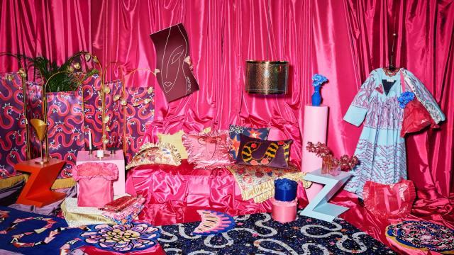 イケアの青バッグが「ピンク×ふりふりフリル付き」に! カリスマデザイナーとのコラボコレクションが発売されるよ