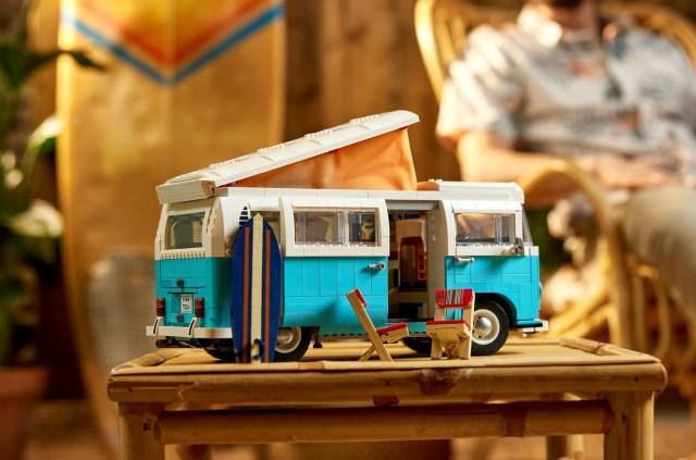 これが…レゴ!? フォルクスワーゲン伝説のキャンピングカーがレゴに! 内装も完璧すぎてずっと見ちゃうよ…