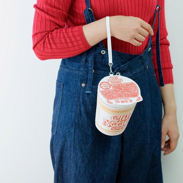 宝島社から「カップヌードル」のポーチが発売に! もちろんカップヌードルを収納可&フタ裏のネコちゃんも完全再現です!
