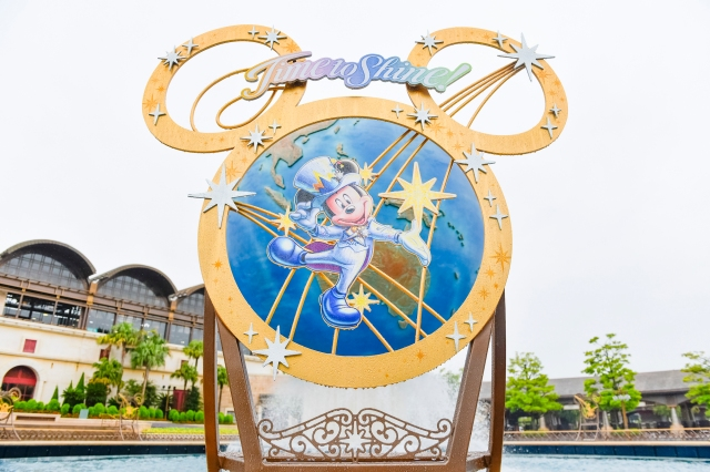 【東京ディズニーシー20周年】シーのシンボル「アクアスフィア」に限定デコレーション登場! あるひと工夫で最高の写真が撮れちゃいます