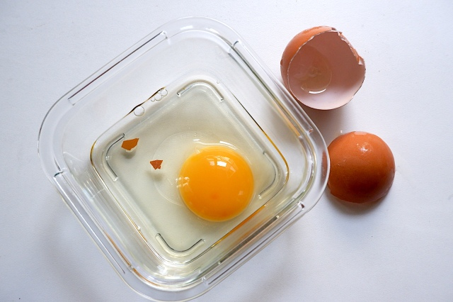 【裏技】シェフ直伝! 卵のカラの画期的な取り除き方