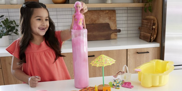 バービー人形が攻めすぎ! マネキン人形をボトルに入れてシェイクすると泡の中から服を着たバービーが登場するオモチャ