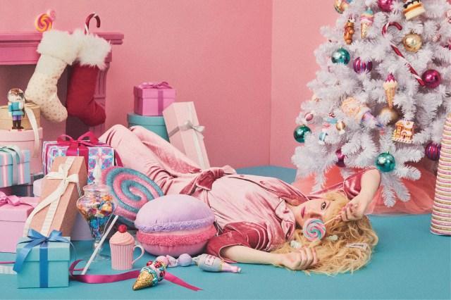 一風かわったクリスマスツリーを探すならフランフランに注目! ホワイト&ピンクのツリーにスイーツをデコってあま〜いツリーの完成♪